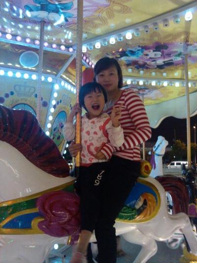 女儿和老婆在万达广场