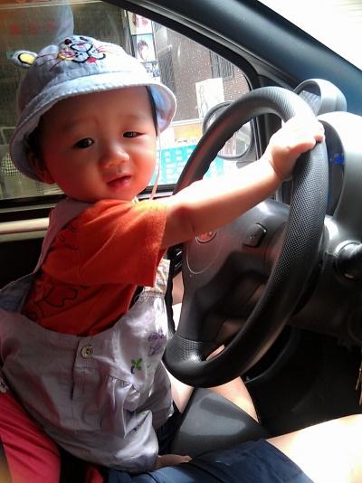 小吴涛涛想开车了,,,可惜徐叔叔不让,,…