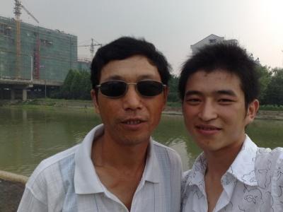 这是我和我父亲,这次是我和我弟弟都去了湖…