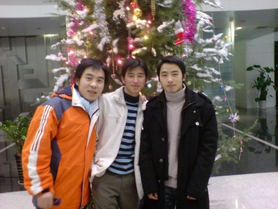 这是08年的圣诞节,我和我的两个同事在杭…