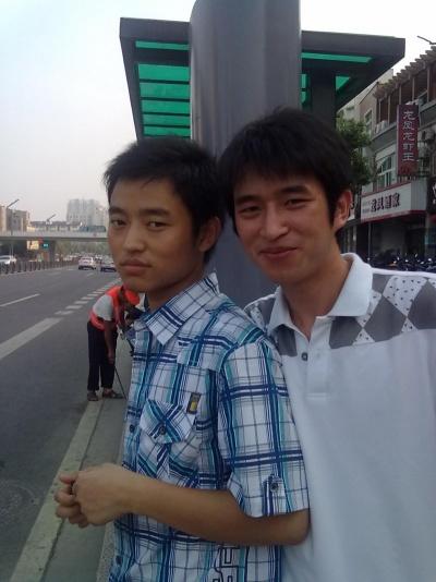弟弟暑假来浙江,我们一家人一起。这里是我…