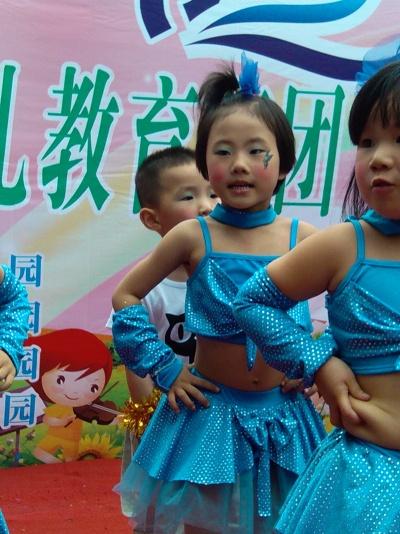 这是女儿在2012念的六一儿童节表演舞蹈…