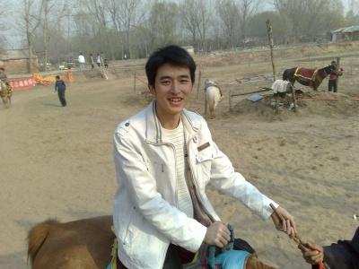 在河南和子去一起去一个植物园骑马玩,马起…