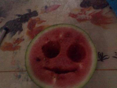 今天吃了西瓜,瞧我把西瓜吃成笑脸了,呵呵…