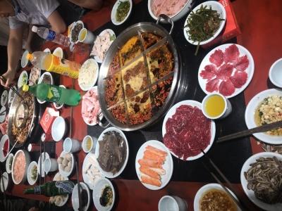 和同事在重庆吃火锅,重庆的花椒真是不要钱…
